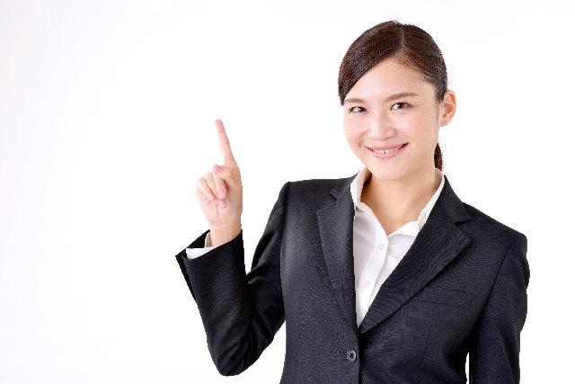 基礎知識を説明するスーツの女性