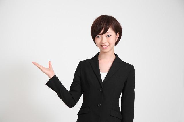事例を紹介するスーツの女性